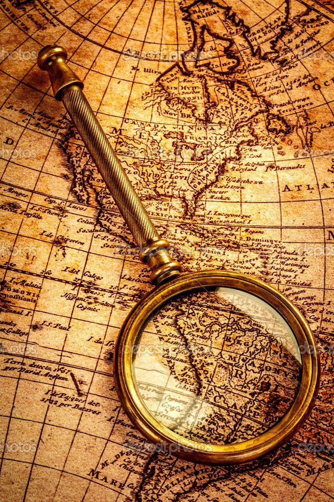 Винтаж увеличительное стекло лежит на карте античного мира — стоковое изображение #24642145