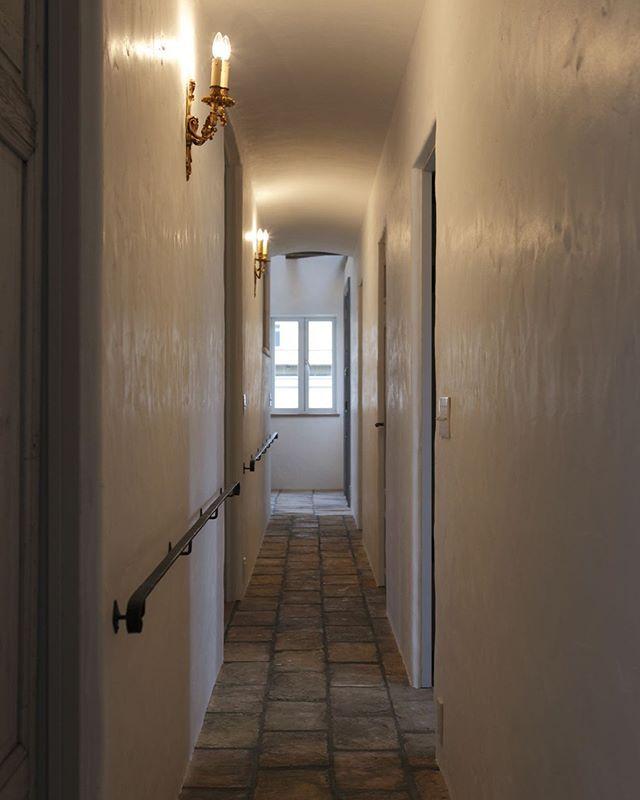 このシンプルさがかっこいい 漆喰壁の廊下に 床石をひいて アイアン