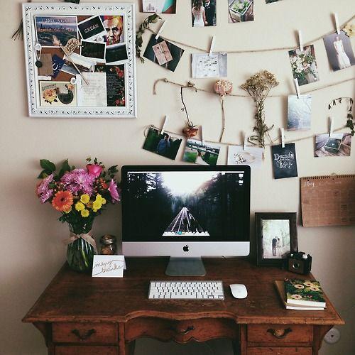 Ich liebe die Einfachheit davon (mein Schreibtisch ist einfach und weiß). Ich liebe das gerahmte Vision Board und die Blumen.
