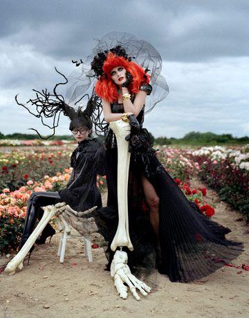 Tim Burton's Tricks & Treats モデル: Malgosia Bela(マルゴシア・ベラ), Evelina Mambetova(イベリナ・マンベトラ), Sophie Srej(ソフィー・スレイ) 発表: Harper's Bazaar 2009年10月号