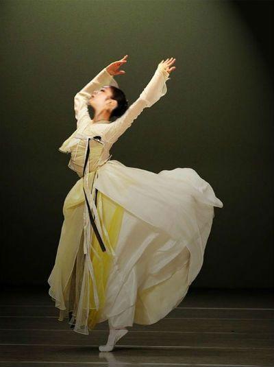 한복 hanbok, Korean traditional clothes  _I love the flow of clothes as she's dancing
