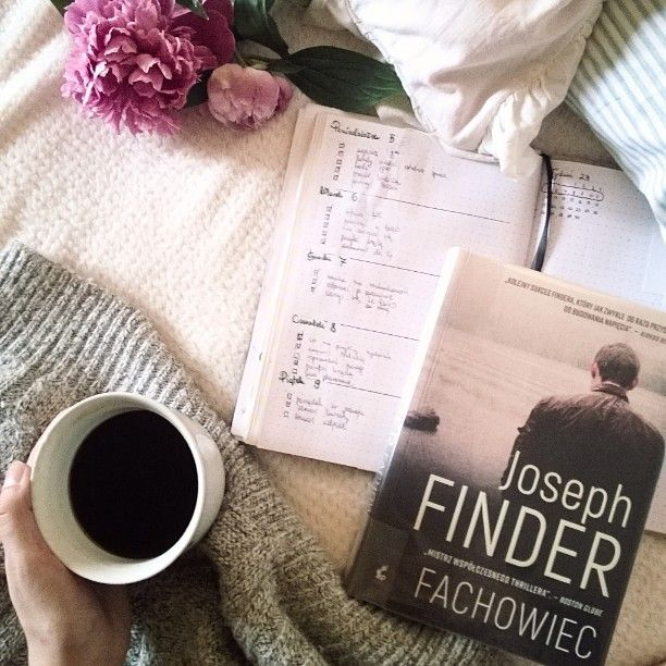 """Kawa i książka ❤ za oknem deszcz i ciemne chmurki, wiec jest czas na posprzątanie domku.. a potem byczenie się w łóżku:) mam ochotę na """"Fachowca"""" - milą odmianę od książek czytanych najczęściej, czyli obyczajowej i romansideł:) przyjemnej soboty! #book #books #ksiazka #książka #książki #bookstagram #bookstagramtopasja #czytam #reading #coffee #kawa #sobota #weekend #saturday #bulletjournal #bujo #bulletjournalpolska #notes #piwonie #peonies"""