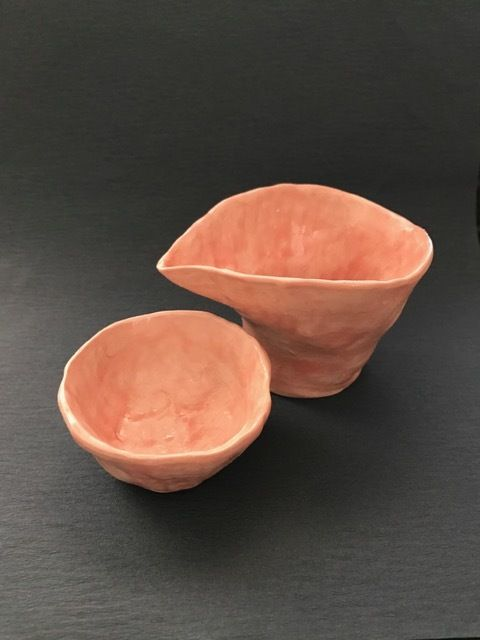 陶磁器の片口とぐい呑みのセット、手びねりで桜をイメージして仕上げました。サイズは一合弱、春の晩酌でお楽しみください。
