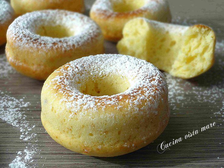 Le ciambelle morbide al forno sono perfette per iniziare la giornata in leggerezza o per una pausa golosa a merenda: soffici, semplici e deliziose!