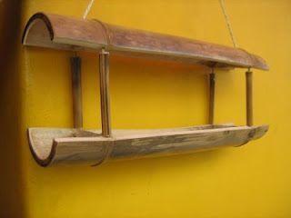 Comedouro para pássaros.  Um bambu aberto ao meio, com as metades separadas entre si, com cordinha de sizal e bambuzinho. Fácinho de fazer. E além de decorar sua varanda ou janela, seus novos amiguinhos emplumados vão gostar bastante...
