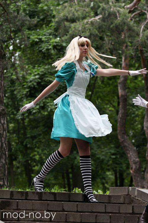 Алиса и Кролик в минском парке (наряды и образы на фото: белые перчатки, белый фартук, полосатые чёрно-белые гольфы)
