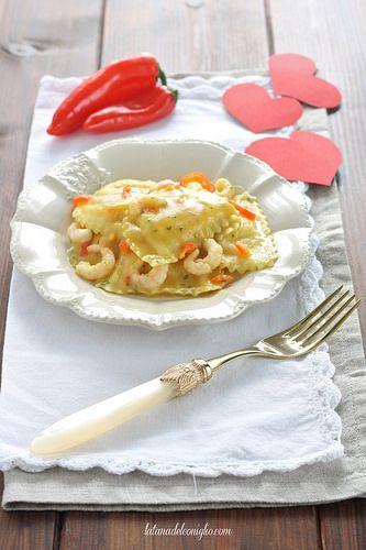 Panzerotti gamberi e polpa di granchio con crema di patate al curry, gamberetti e latte di cocco