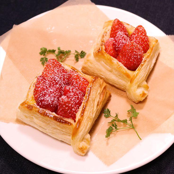 「パイシートで 簡単いちごパイ」の作り方を簡単で分かりやすい料理動画で紹介しています。旬のいちごを使った、いちごのパイです。 カスタードクリームはレンジで作るので、時短で簡単に作れますよ。冷凍パイシートを使っているので、誰でも簡単に作ることができます。お好みのデザートを一緒に乗せても美味しいですよ。