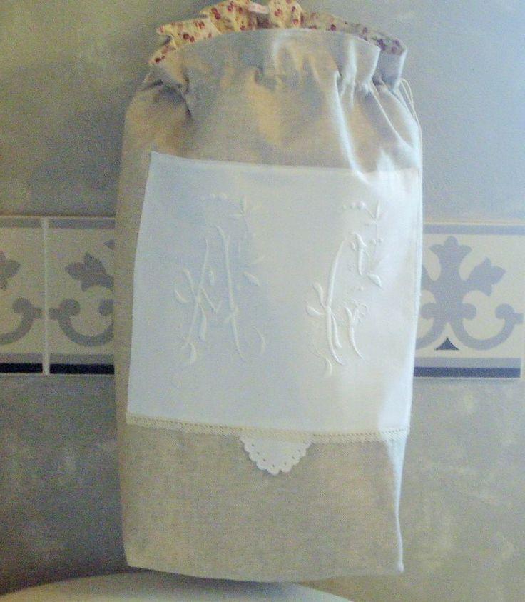 """Grand sac à linge shabby en lin à chevron ficelle et grand monogramme """"AG"""" : Textiles et tapis par rouge-lin-et-bois"""