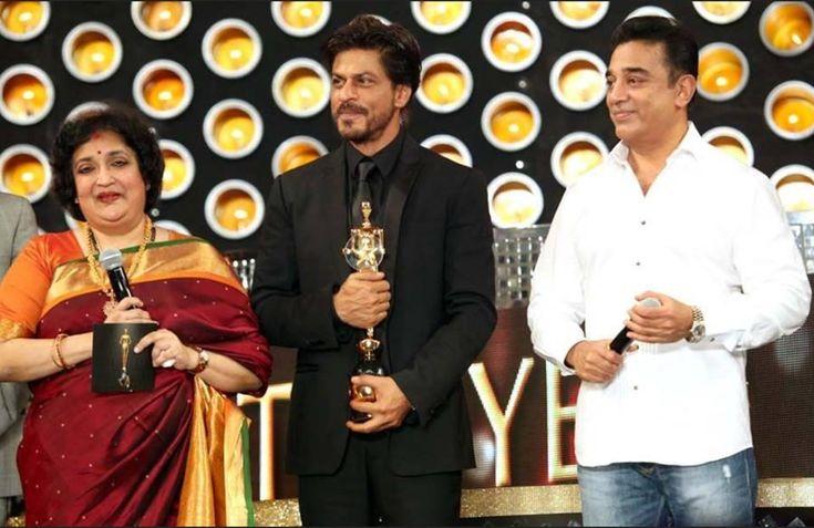 KING KHAN ( @iamsrk ) with his 'Entertainer of Indian Cinema' Award at #VijayAwards . 2014 #srk #KamalHassan pic.twitter.com/SCqPMSSfbK