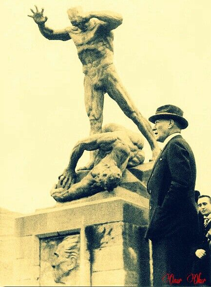 Ulu Önder Mustafa Kemal Atatürk, Heykeltıraş Heinrich Krippel tarafından yapılmış Afyonkarahisar zafer anıtı önünde...