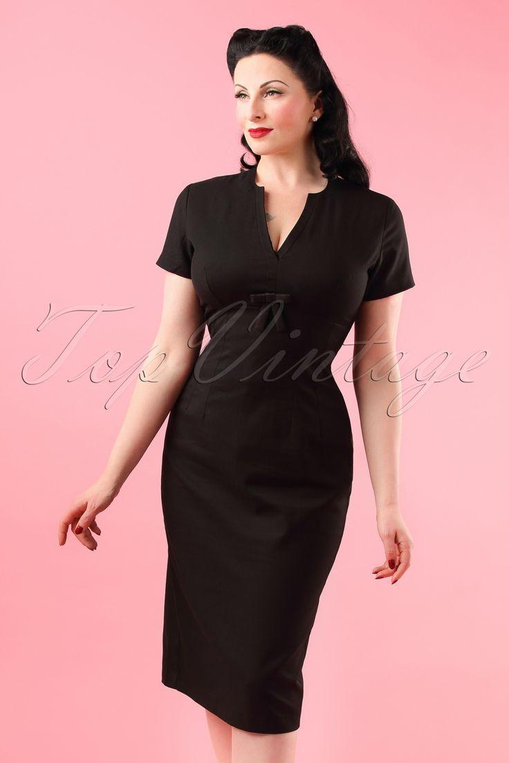 """Ga voor de classy pin-up look in deze50s Greta Pencil Dress!  Zwarte jurkjes gaan """"never out of fashion"""" en zijn geschikt voor iedere gelegenheid! Elegante ronde halslijn met subtiele V-uitsparing, speelse korte mouwtjes en een lieflijk strikdetail bij de buste, très chique! Uitgevoerd in een soepele katoenmix met een hele lichte stretch die je rondingen mooi volgt zonder af te tekenen en een gevoerde top voor extra draagcomfort. Heb jij nog een plaatsje vrij in je kledingkast vo..."""