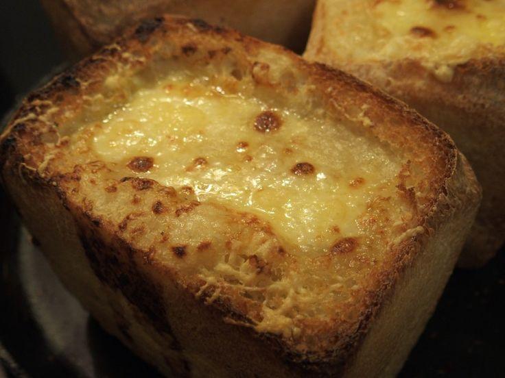 Луковый суп в белом хлебе