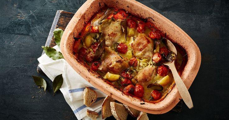 Kylling i stegeso med kartofler, spidskål og løg - rustik og autentisk aftensmad med lækker skilt sauce! Stegesoen er den perfekte genvej til nem og lækker mad.
