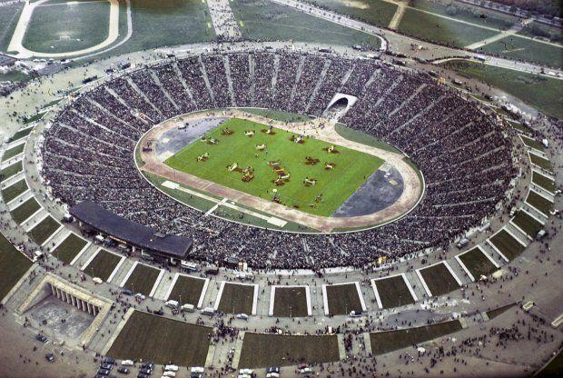 Stadion, choć już nie istnieje, ciągle żyje w świadomości warszawiaków. Zdjęcie pochodzi ze z lat 60., czyli z czasów, gdy przeżywał czasy swojej świetności. Akurat trwają zawody WKKW. Na obiekcieodbywały się najważniejsze imprezy sportowe w kraju, m.in. spotkania międzypaństwowe piłkarskiej reprezentacji Polski, finały piłkarskiego Pucharu Polski, Derby Warszawy, lekkoatletyczne mecze międzypaństwowe czy finisze Wyścigu Pokoju. Co ciekawe nigdy nie doczekał się sztucznego oświetlenia.