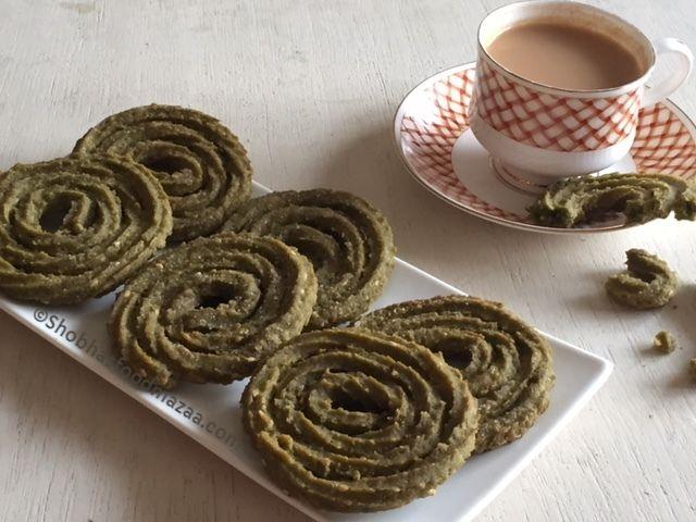 Shobha's Food Mazaa: KEERAI MURUKKU / PALAK CHAKLI