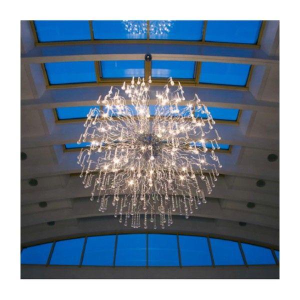 Decorative Nash Xxl  Denne lampen har store mål og sørger for glitrende lyseffekter i større rom. De bærende elementene har utallige bølgelinjer i krom og glasselementer i krystallform som tiltrekker seg oppmerksomheten. Denne store lampen ville komme til sin rett i en stor hall, et kjøpesenter eller på et annet offentlig sted. Den gjør inntrykk.Med elektronisk transformator.