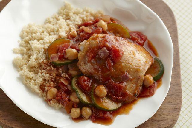 Le gingembre, le cumin et la cannelle parfument ces cuisses de poulet que l'on fait mijoter avec de l'oignon, des tomates, des pois chiches et de la courgette, le tout accompagné de couscous.