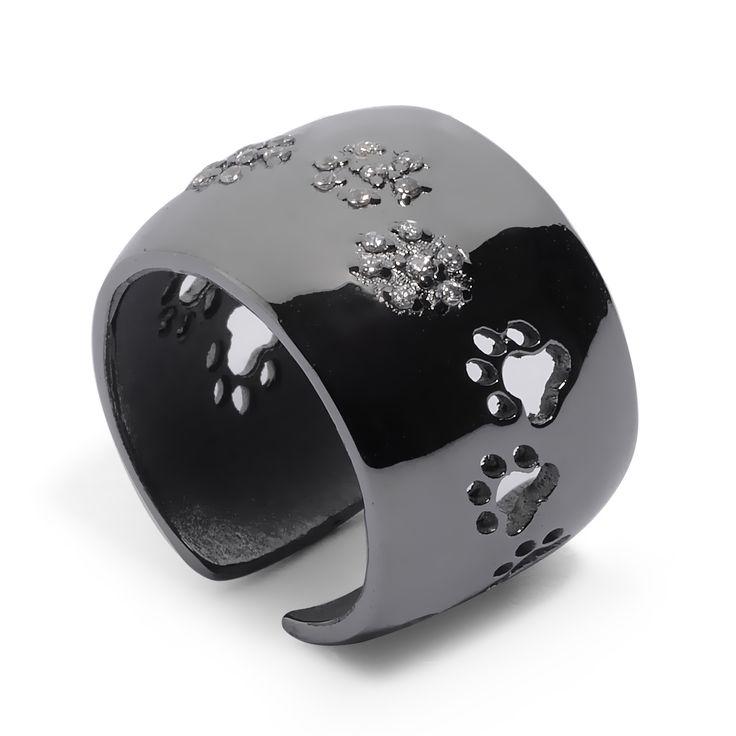 ANELLO ZAMPINE PREZIOSE cane. È il simbolo del legame prezioso con il vostro amico a quattro zampe. Puoi incidere il nome del tuo peloso o ciò che desideri grazie al servizio incisione. Gioiello artigianale in argento 925/1000, è disponibile nei colori argento e nero. Personalizzato con le impronte di cane, le zampine centrali sono impreziosite da luminosissimi zirconi. Completo di garanzia e da una simpatica confezione omaggio.