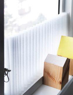SCHOTTIS jalousigardin anbragt på tværs af vinduesrammen. Nul huller Med et SCHOTTIS jalousigardin får du mere privatliv og mindre skarpt lys på få sekunder. Du behøver kun skære det til i den rigtige størrelse og fastgøre det til vinduesrammen med tape. Du kan åbne gardinet, så meget du vil, med de medfølgende clips. Du kan også anbringe det på tværs, som vi har gjort på billedet her.