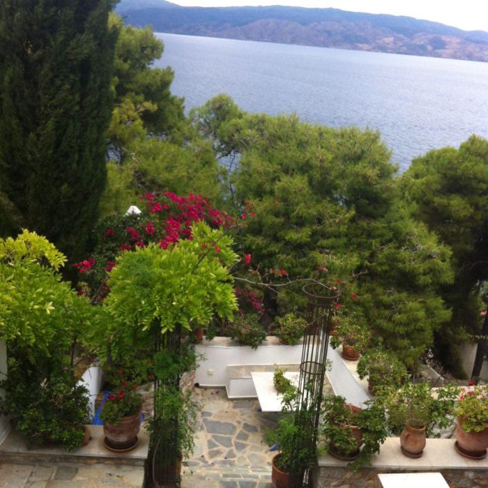 The Avalaki Haven Studio is a holiday home to rent in Hydra - holiday houses to rent, Island Greece overlooking the beautiful Avlaki bay and beach within a gentle 10 minute walk to Hydra town. Hydra accommodation for 2 - 4 people for a reasonable €165-€180 per night.