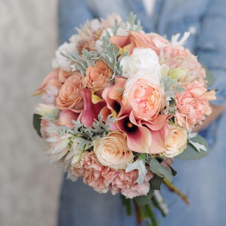 Букет невесты в карамельно-персиковой гамме с калами, розой капучино, розой Дэвид Остин, гвоздикой, брунией, гортензией.