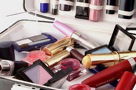 Mentre fate le pulizie periodiche dei vostri portatrucchi, capita spesso di dover selezionare i cosmetici, perché vi accorgete che alcuni non li usate più oppure ne avete troppi, perché vi sono stati regalati. Come potete smaltire tutto questo trucco senza gettarlo nella spazzatura? Ombretti, rossetti, eyeliner, smalti, fard, fondotinta, pennelli da trucco e altri prodotti di bellezza possono tutti essere riutilizzati o riciclati in molti modi diversi. Se il prodotto è scaduto, non ...