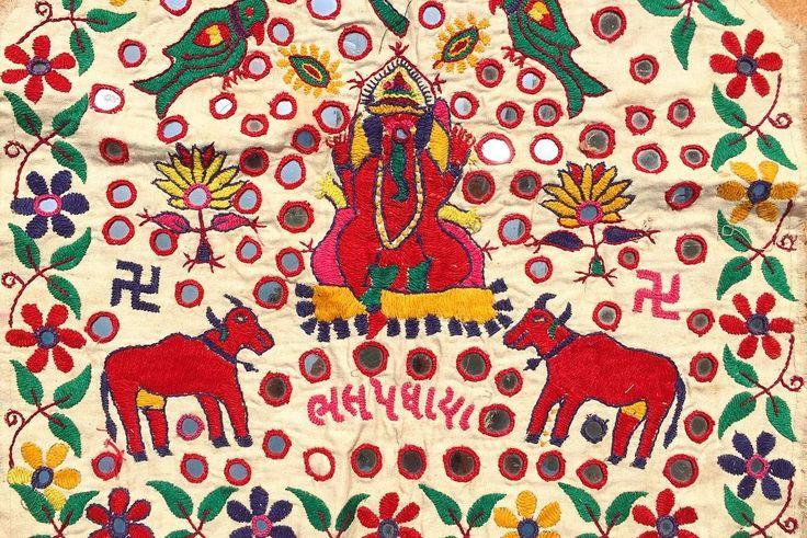 カラフル刺繍の賑やかなデザインも好きだし だけどミラーワークに込められた力も欲しい そんな欲張りさんつまり私の願いを叶える タペストリーがあったー 情熱的な赤のガネーシャに牛さん 結構なミラーワークで これ一枚で部屋はインド風味 . . #india #lifeinindia #life #travel #scenery #handcrafted #colorful #embroidery #wallhanging #インド #インド暮らし #暮らし #インドの日常 #風景 #旅 #ファッション #手仕事 #刺繍 #古布 #カラフル #オーナメント #タペストリー #ミラーワーク #ガネーシャ