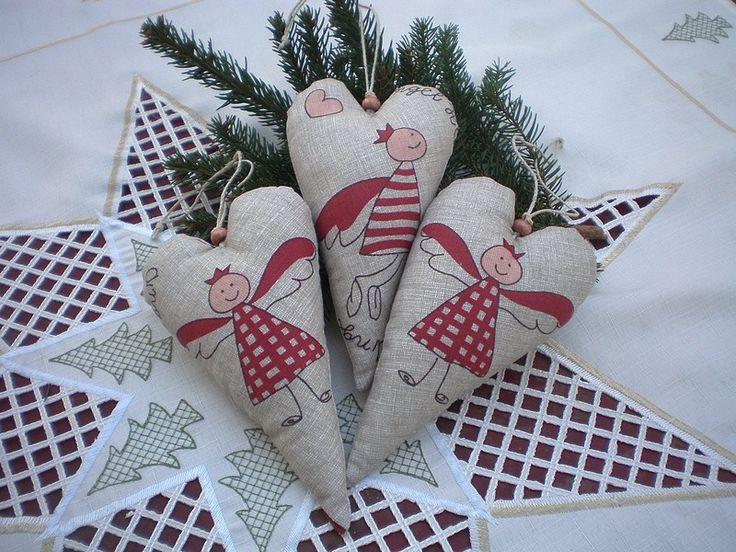 Andělské srdíčko Vánoční dekorace - srdíčko. Výška 16cm, plněno dutým vláknem.