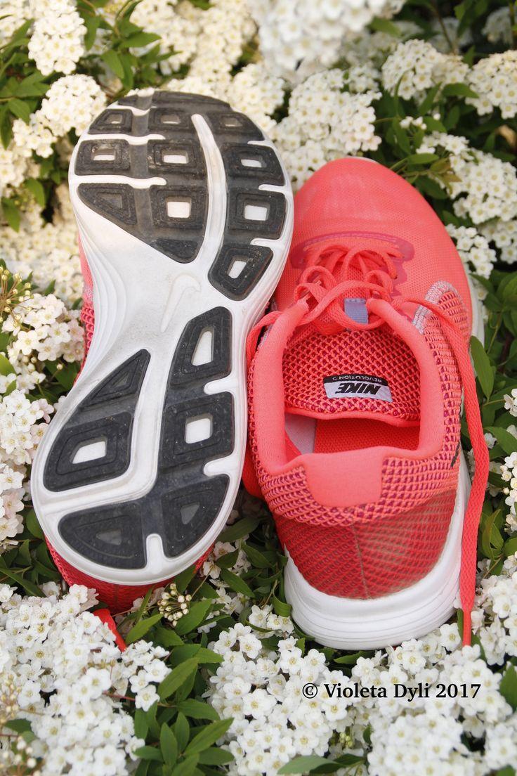 Scarpe comode per la corsa e camminata sportiva .