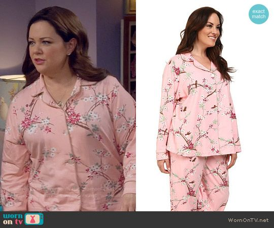 Molly's pink floral pajamas on Mike and Molly.  Outfit Details: https://wornontv.net/57231/ #MikeAndMolly