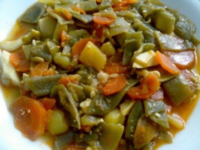 Menestra de Verduras /  750 g de judías verdes. 5 patatas medianas. 6 - 7 zanahorias. 2 huevos. 1/2 cucharadita de pimentón. colorante amarillo (opcional). aceite de oliva o de girasol. 1 ajo - sal