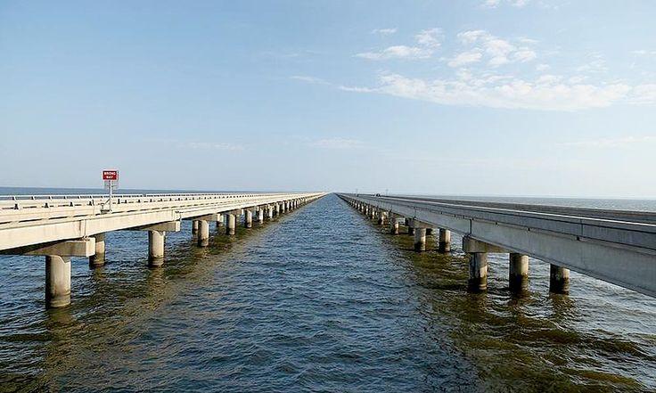 Calçada do Lago Pontchartrain, Louisiana, USA. Essa ponte está a apenas 4 metros do lago Pontchartrain, mas o verdadeiro motivo do medo é que você nunca vê o seu fim - são 38 km de Metairie a Mandeville. Quando você chega à metade, não é mais possível avistar terra firme em nenhum dos lados.   Fotografia: Glenn no Flickr.