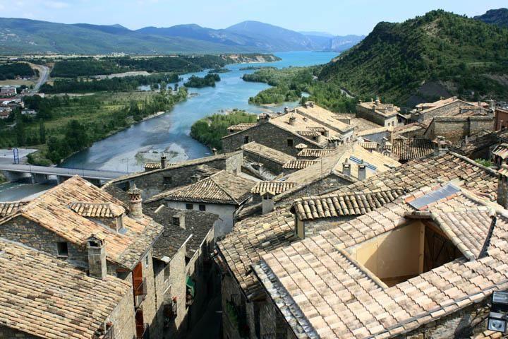 Vistas del pueblo medieval de Aínsa en Huesca