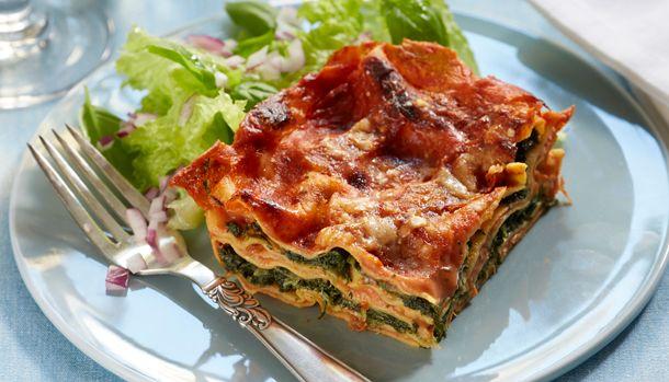 Denne lasagne er simpelthen så lækker, at man slet ikke savner kødet. Lagsagnen har nemlig så meget god smag fra parmaskinken, den lyse sovs og spinaten.