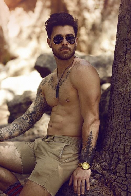 I want many things in this picture, the guy, the tattoo, those shorts, that watch...