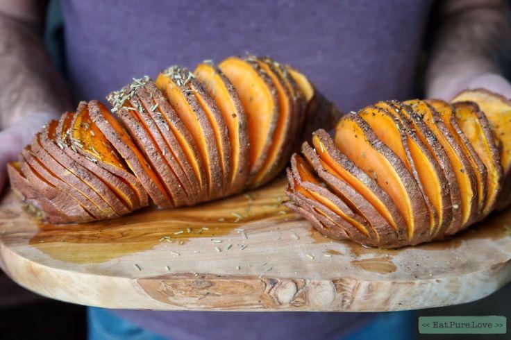 Deze hasselback van zoete aardappel stond eigenlijk afgelopen kerst op het menu. Helaas moest dit recept het opnemen tegen de zoete aardappel kroketjes.