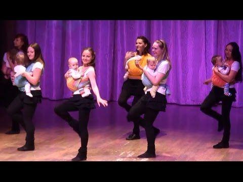 Веселый танец мамочек и малышей в слингах. Мамы танцуют с малышами #Слин...