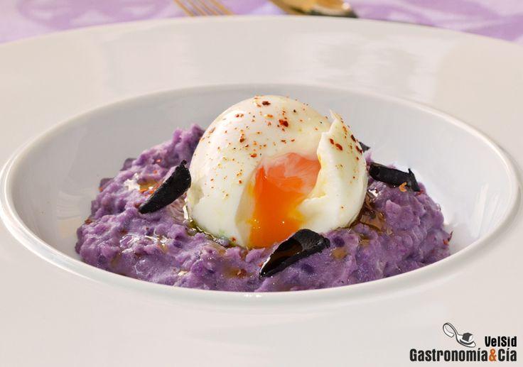 Puré de patata violeta con huevo mollet
