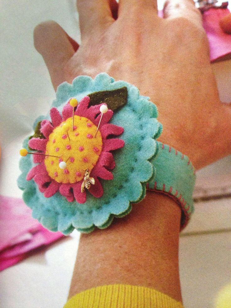 Felt wrist pincushion, pattern in Quilts and More, Summer 2010 Más