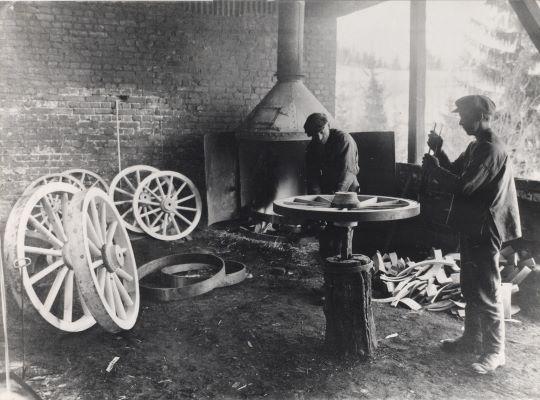 1904: Den første merkevaren: Oljekokte vognhjul.