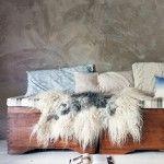 Drie oude dekenkisten vormen de basis voor een zitbank met flink veel opbergruimte. Matras erop, kussens en plaid, boek en muziekje erbij en het grote chillen kan beginnen.