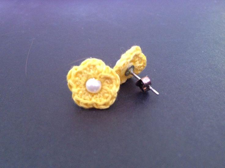 Orecchini a lobo con fiorellini gialli, fatti a mano all'uncinetto , by La piccola bottega della Creatività, 4,00 € su misshobby.com