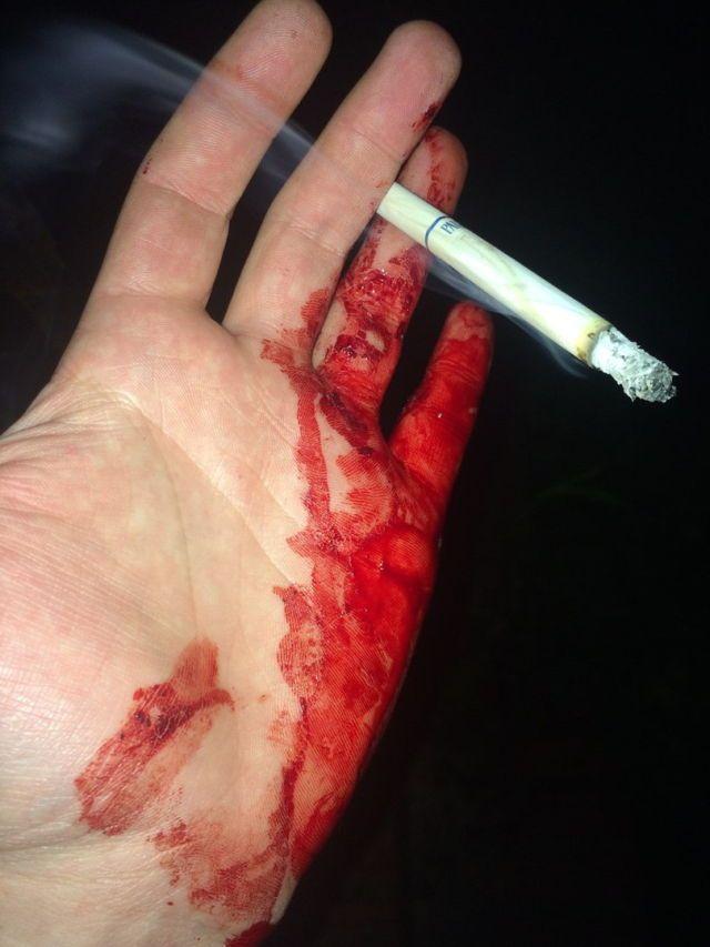 """""""Simplimente uma mão cheia de sangue e um bom cigarro.."""""""