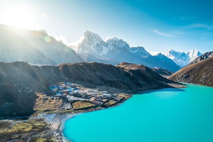 Cité des Dieux On ne revient pas indemne de ce pays. Je ne suis pas une randonneuse avertie pourtant j'y ai trouvé mon compte. La gentillesse des Népalais, les temples tous les 50 mètres, une odeur d'encens partout et où que vous soyez En un mot, c'est un bol de sérénité qui vous attend.