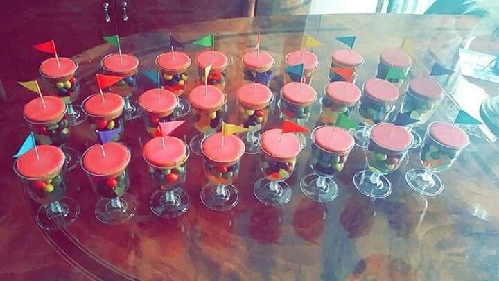 Plastic glazen met snoep en roze koek