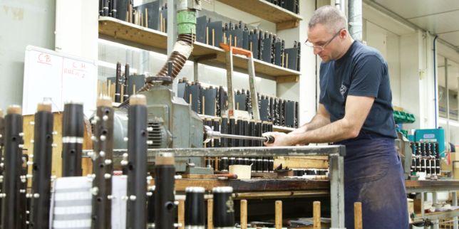 En cent quatre-vingt-dix ans, l'entreprise Buffet Crampon est devenue la référence des clarinettes en France et à l'étranger. Reportage dans l'usine de Mantes-la-Ville.