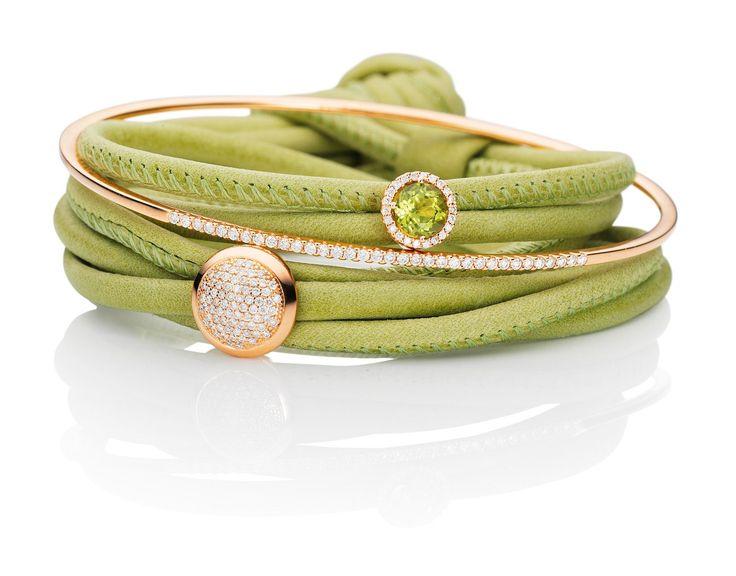 Vedle klasických šperků se nosí i barevné kožené náramky, které dozdobíte podle vlastního stylu.