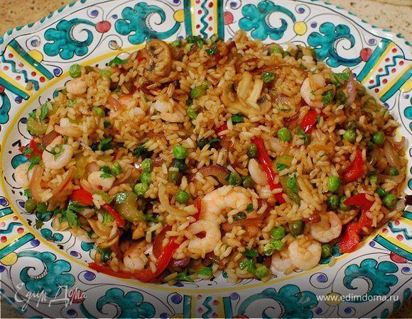 Жареный китайский рис с креветками и сладким перцем . Ингредиенты: рис, креветки, перец сладкий красный