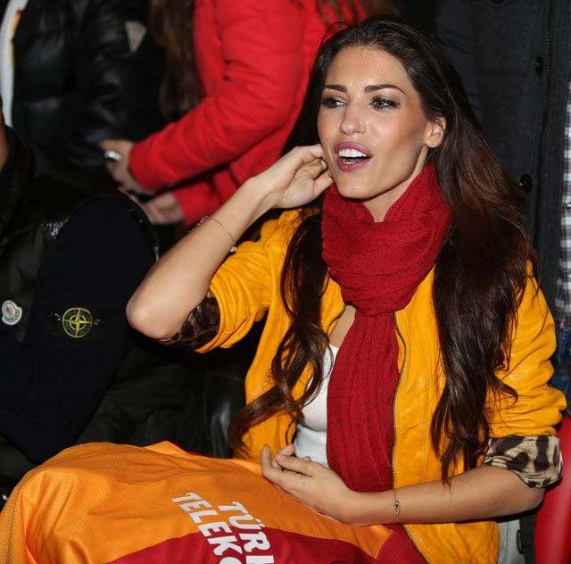 Galatasaray'ın yeni transferi Hollandalı Wesley Sneijder'in eşi Yolanthe Cabau, imza töreninde herkesi büyüledi..